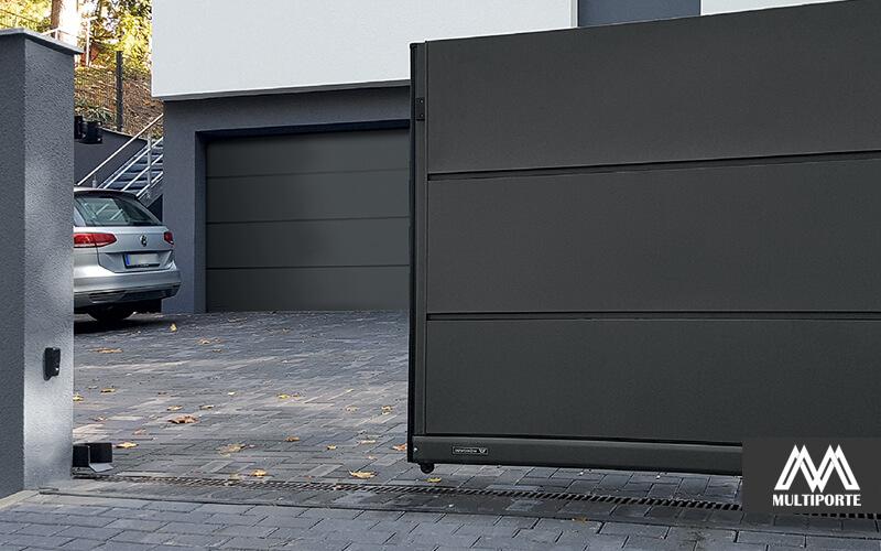 Antrasitgrå skydelåge med matchende garageport.